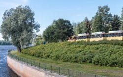 PotnaPekka ajaa Lipporannan ohi Oulun jokisuistossa